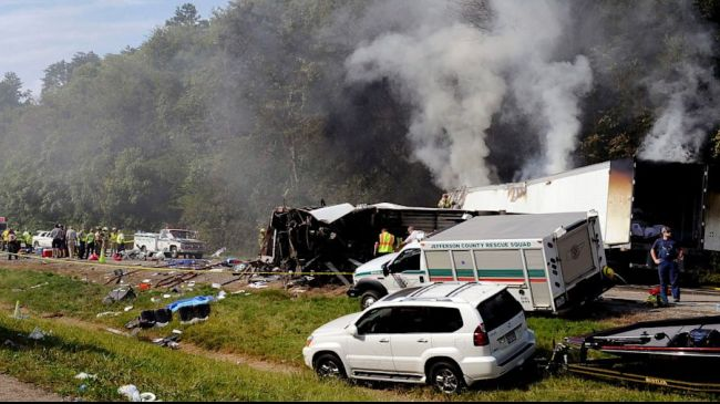 Photo of Church bus crashes in Tennessee, 8 dead