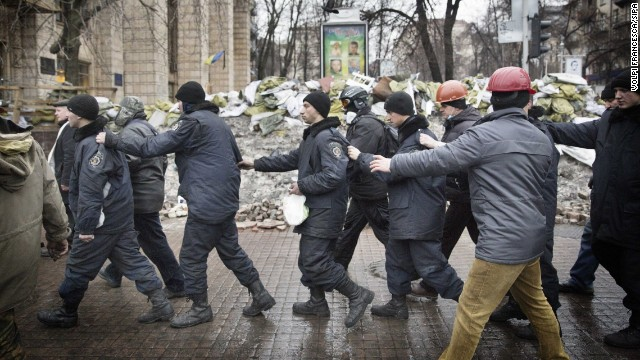 Photo of Detained police officers freed by Kiev protesters