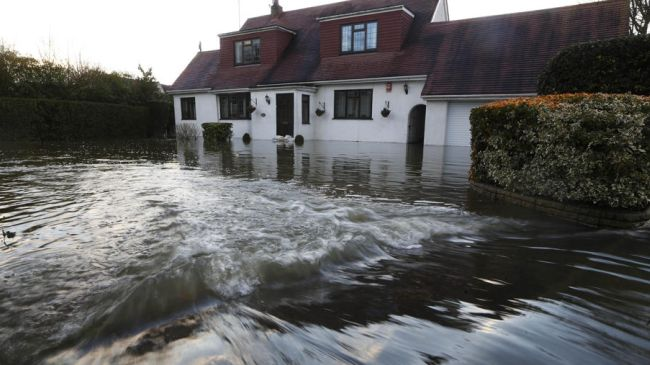 Photo of Swollen River Thames threatens thousands in UK