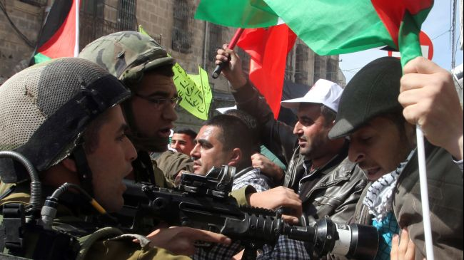 Photo of Inhuman zionist forces attack protesters in al-Khalil