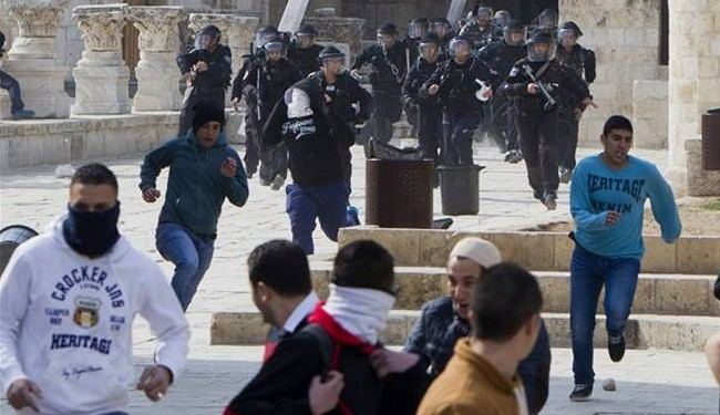 Photo of Invader Israeli troops enter Al-Aqsa mosque, attack Palestinians with stun grenades