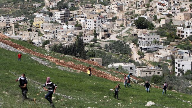 Photo of Zionist regime rover settlers attack Palestinian homes in al-Khalil