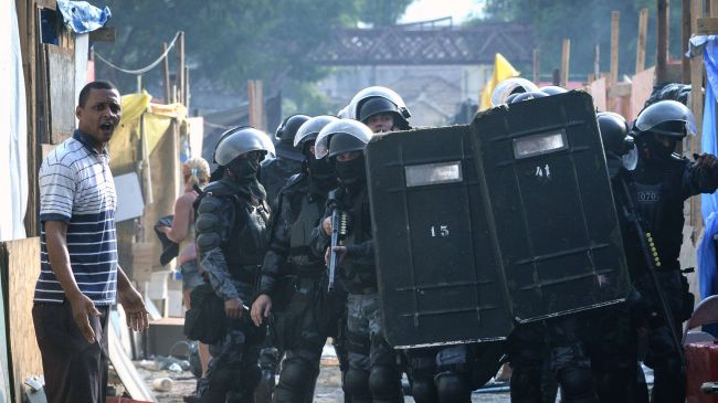 Photo of Brazil police clash with Rio squatters