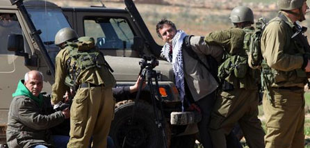 Photo of zionist army detain 8 Palestinians last night in West Bank