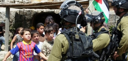 Photo of Israeli Occupation Soldiers Force a Palestinian child to Take Unknown Pill
