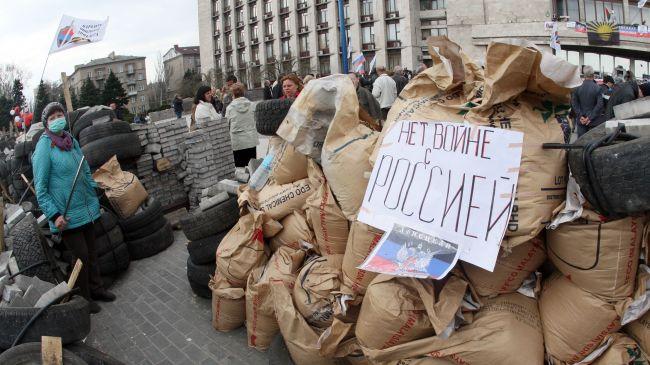 Photo of Anti-Kiev protesters raise Donetsk Republic flag