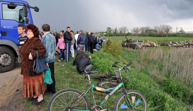 Civilians block Kiev army's entrance near Ukraine's Slavyansk