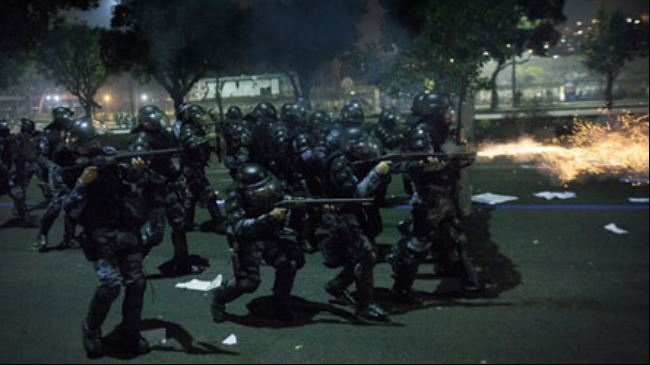 Photo of Brazil police disperse protesters in Rio de Janeiro