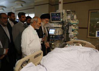 Leader visits Ayatollah Mahdavi Kani in hospital
