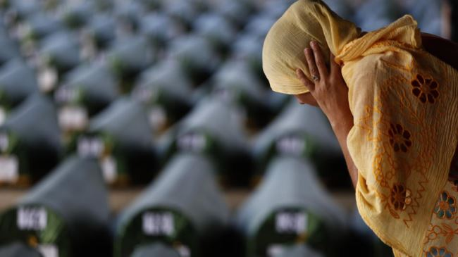 Photo of Bosnians honor, bury Srebrenica victims