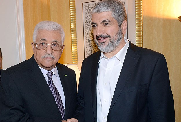 Photo of zionist puppet Abbas meets with Khalid Meshal and Hamas delegation in Qatar!