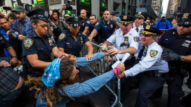 Photo of Climate change protesters clash with police to gain access to Wall Street