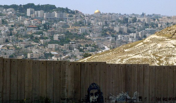 israel-apartheid-seperation-wall-dome-of-the-rock-background-abu-dis