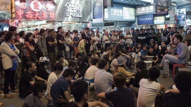 383693_Hong-Kong-protesters