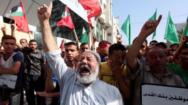384290_Palestinian-demonstrators