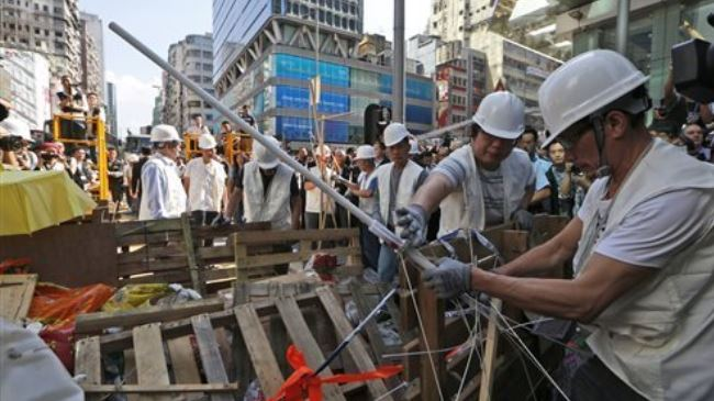 Photo of Hong Kong officials remove Mong Kok barricades