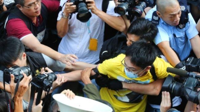 387557_HK-police-protesters