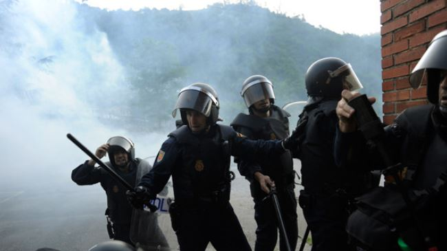 387856_spain-riot-police