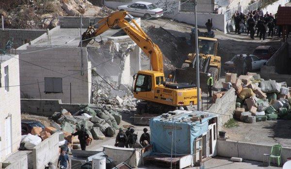 israeli-soldiers-standing-guard-demolishing-building-jerusalem