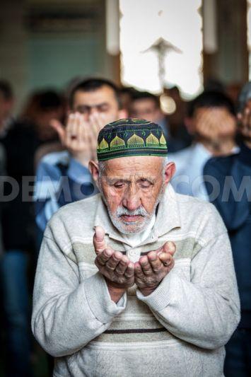 1365198758-azerbaijani-muslims-pray-in-mosque-during-friday-prayers_1934796