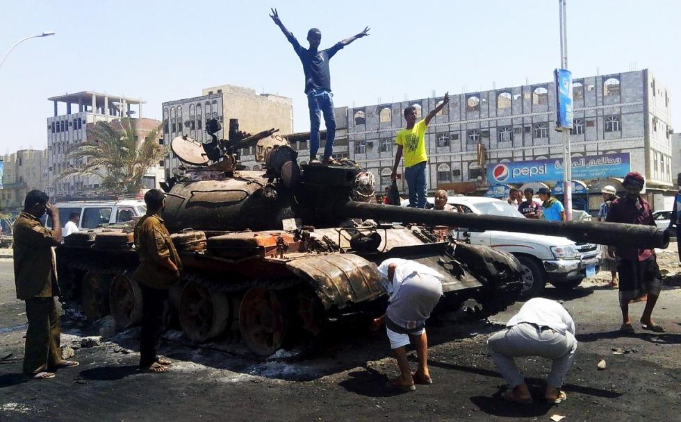 Photo of Yemeni Revolution Forces Liberates Aden from al-Qaeda, Hadi's Militiamen, Arrests 15