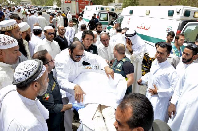 Paramedics rush a victim of a suicide bomb attack at Imam al-Sadeq Mosque, to the Amiri hospital in Al Sharq, Kuwait City, June 26, 2015.  REUTERS/Stringer