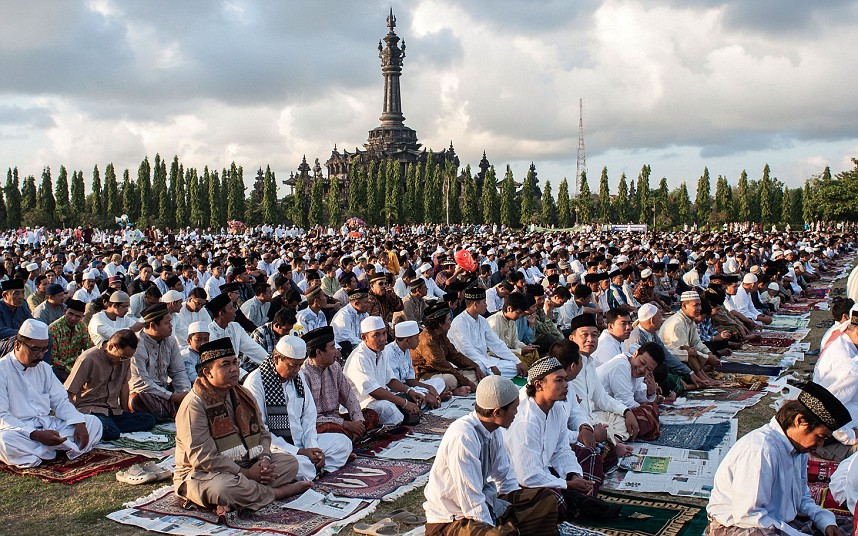 DENPASAR, BALI, INDONESIA - AUGUST 08:  Muslims pray during mass to celebrate Eid-ul Fitr on August 8, 2013 in Denpasar, Bali, Indonesia. The two-day holiday, Eid ul-Fitr, marks the end of Ramadan, the Islamic month of fasting and begins after the sighting of a new crescent moon.  (Photo by Putu Sayoga/Getty Images)
