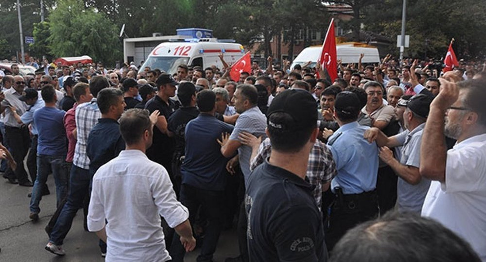 """Photo of PHOTOS- Furious Turkish People in Kırıkkale Province throw plastic bottles in Martyr's Funeral to Deputy PM and chanting """"Killer State"""""""