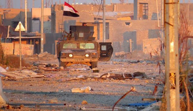 A member of Iraq's counter-terrorism forces monitors his surrounding in a street in Ramadi's Dhubbat neighberhood, adjacent to Hoz neighbourhood, on December 25, 2015. Elite forces from the counter-terrorism service (CTS) faced limited resistance when they punched into central Ramadi four days earlier, in a final push to retake the city they lost to the ISIS terror group in May. AFP PHOTO