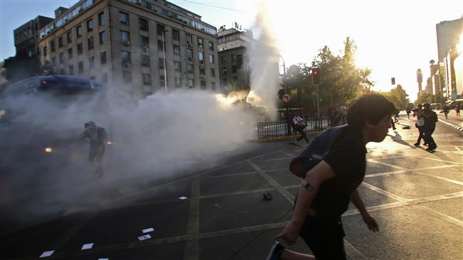 Photo of Chile police clash with student protesters in Santiago