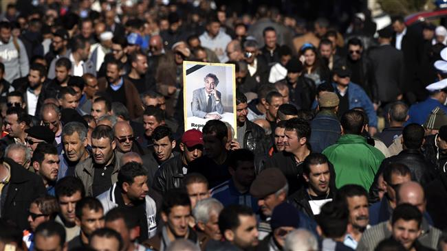 Photo of 1000s attend burial ceremony of Algerian war hero
