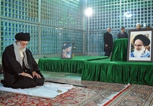 Photo of Leader of Islamic Ummah Imam Khamenei Pays Tribute to Late Imam Khomeini