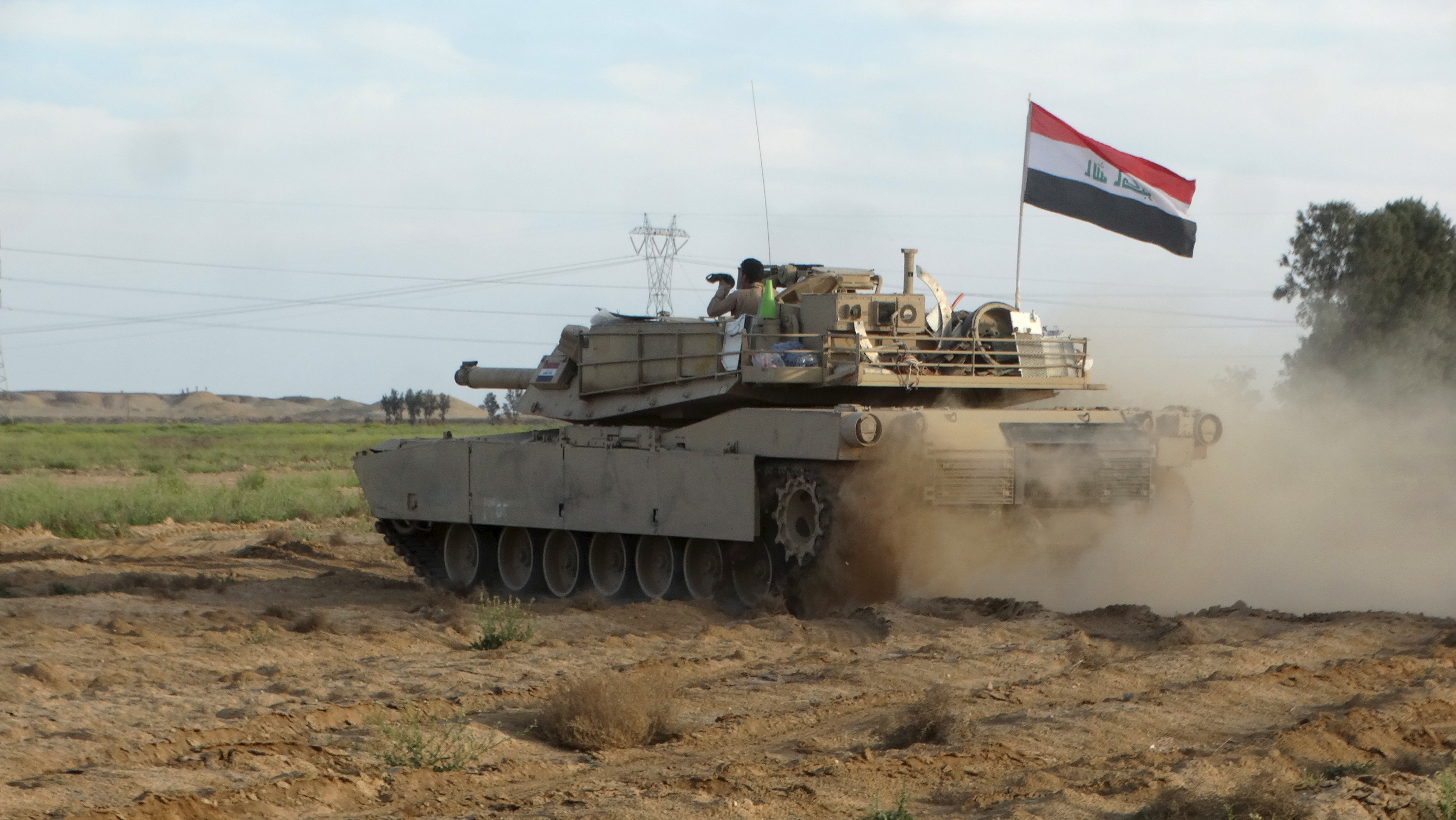 An Iraqi army tank is pictured during a military operation toward the town of Hit, in west of Ramadi, March 8, 2016. Picture taken March 8, 2016. REUTERS/Stringer - RTS9Y53