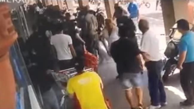 Photo of Terrorist regime israeli police officers beat up Palestinian in Tel Aviv