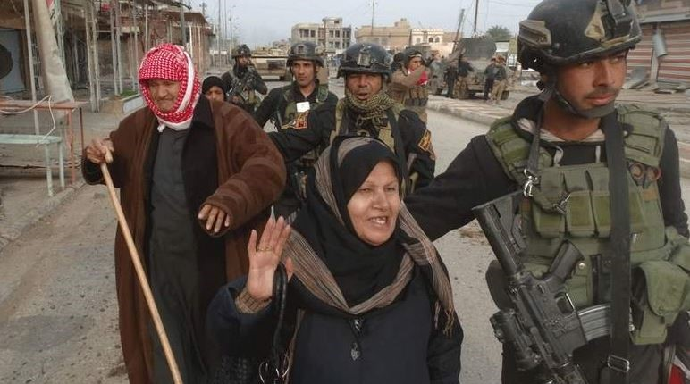 Photo of Iraqi Forces Lead Fled Citizens from Besieged Fallujah to Safe Place
