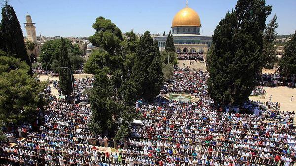 Photo of Tens of thousands of Palestinians pray at Al-Aqsa