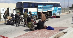 Photo of Israeli trops confiscate money of Palestinian woman at crossing