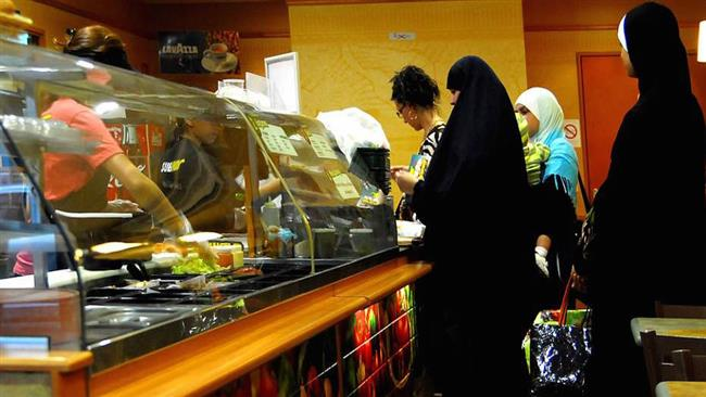 Photo of Muslim women sue Paris restaurant owner for insults