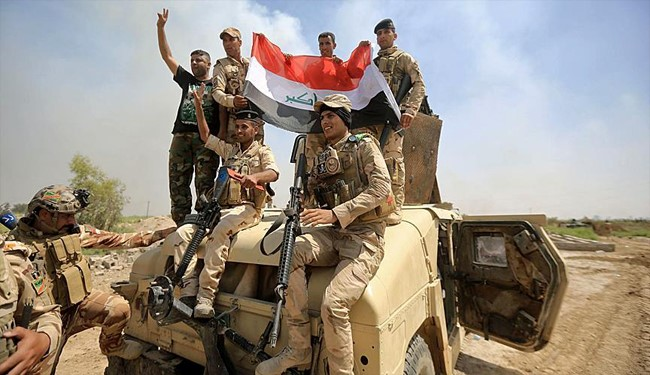 Photo of Happiness among Iraqi Soldiers after Retaking Qayara from ISIS Militants