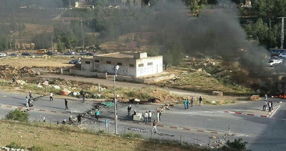Photo of Youths close roads to Ramallah in solidarity with hunger strikers