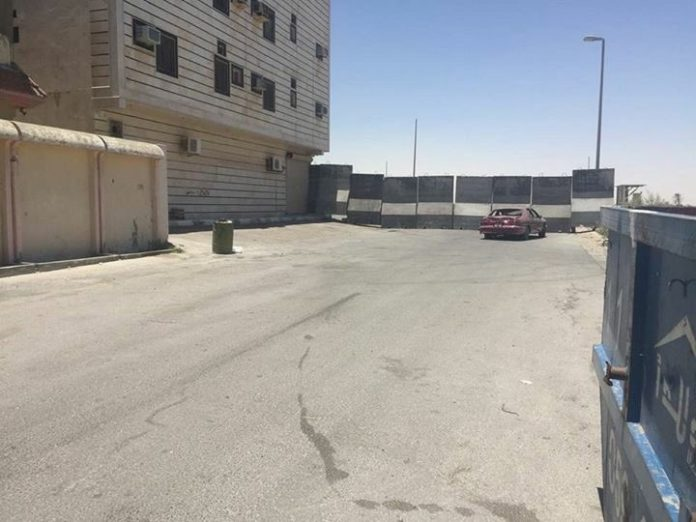 Photo of PHOTOS: Rabid Saudi regime forces build wall around Shiite city to prevent people from leaving