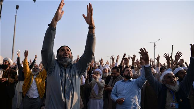 Photo of Religious Pakistani group calls off protests after deal with government