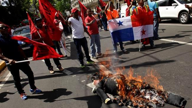 Photo of Protesters burn Trump effigy in Panama