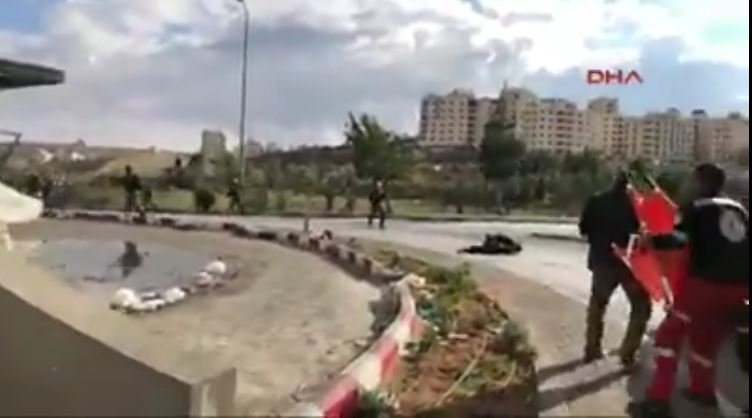 Photo of SHOCKING VIDEO: Terror regime shots Palestinian, even ambulances, medical staff trying to treat wounded men in live broadcast