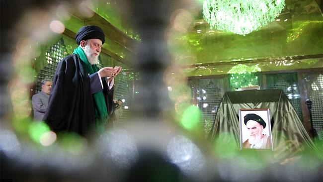 Photo of Leader of Islamic Ummah and Oppressed Imam Ali Khamenei pays tribute to Hazrat Imam Khomeini