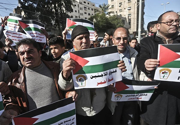 Photo of Palestinians in Gaza Protest Against US Cuts to UNRWA