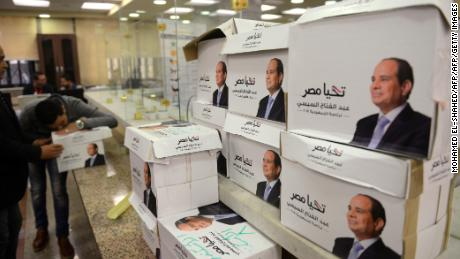 Photo of Egyptians head to polls; zionist Sisi, facing little contest, urges big turnout