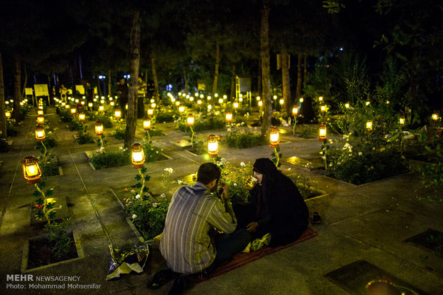 Photo of PHOTOS: Iftar feasts in Iran's Behesht-e-Zahra cemetery