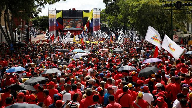Photo of Venezuelans gather in support of Maduro after failed assassination attempt