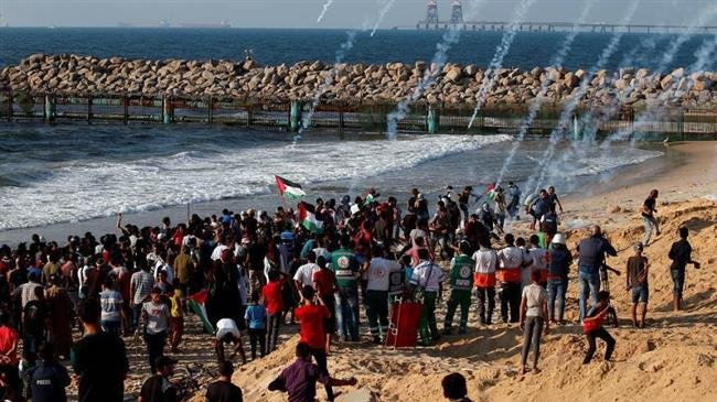 Photo of Israeli forces wound dozens of Palestinian protesters in Gaza Strip